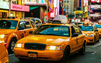 Taksometr nalicza opłaty za przejazd według ustalonych stawek.
